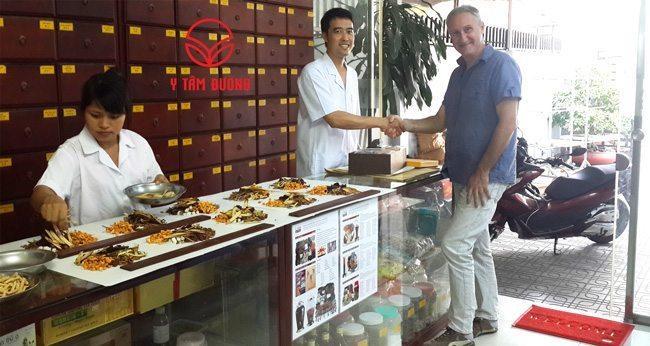 BS Nguyễn Hữu Trường và khách hàng người Pháp đến Y Tâm Đường mua thuốc bổ ngâm rượu