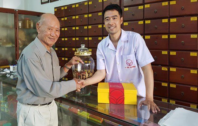 Bác Hướng Đào Viên ở tuổi 83 nhưng vẫn rất nhanh nhẹn và minh mẫn.