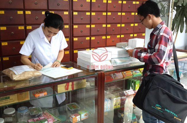 Nhân viênViettel Post đến Y Tâm Đường lấy thuốc ngâm rượu gửi cho khách hàng các tỉnh thành mỗi ngày