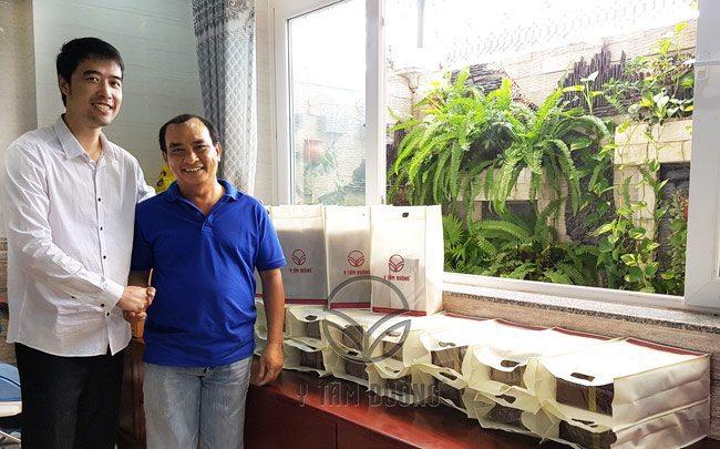 Bác sĩ CKI YHCT Nguyễn Hữu Trường cùng khách hàng mua thuốc bổ ngâm rượu Y Tâm Đường