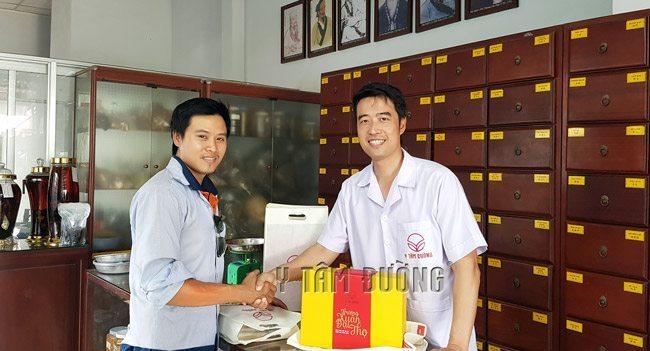 Anh Chinh đến Y Tâm Đường để mua Trường Xuân Đại ThọThang gửi cho người thân ở nước ngoàivà mua các thang thuốc bổ khác.