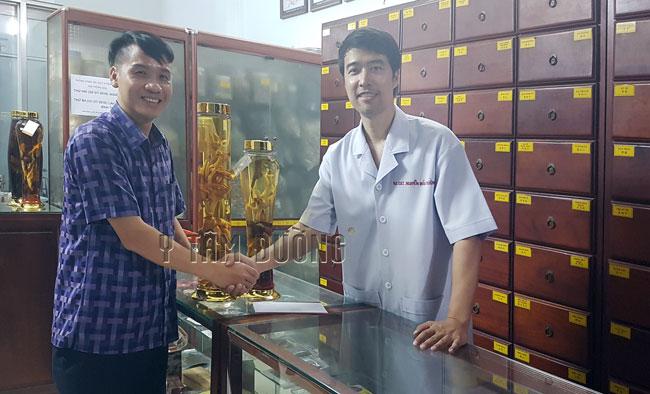 Anh Nguyễn Tùng đã từng dùng Sâm Nhung Hải Mã thang, anh rất thích thang ngâm rượu này nên đã đến Y Tâm Đường mua thêm Sâm Nhung Hải Mã thang ngâm sẵn để làm quà tặng khách hàng.