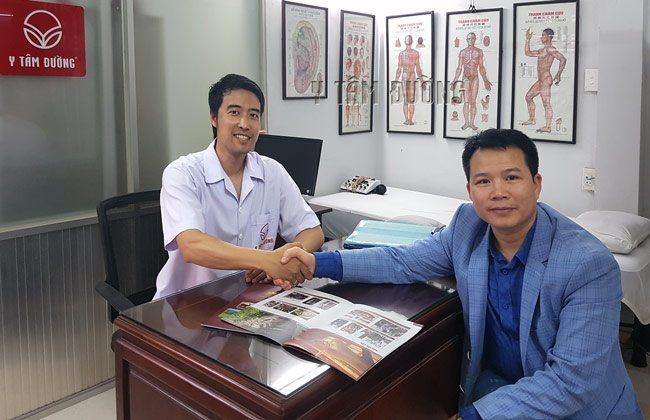 Bác sĩ Nguyễn Hữu Trường và anh Trần Văn Tuấn - giám đốc công ty Eco Siberia Việt Nam tại phòng khám Y Tâm Đường