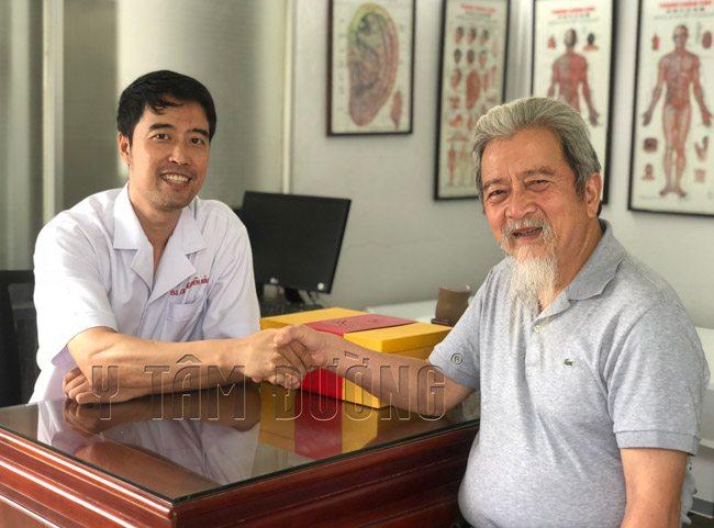 Bác sĩ Nguyễn Hữu Trường và khách hàng mua sản phẩm thuốc bổ dưỡng sinh tại Y Tâm Đường